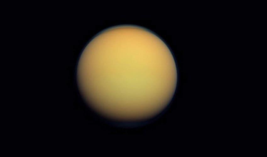 Титан: крупнейший спутник Сатурна