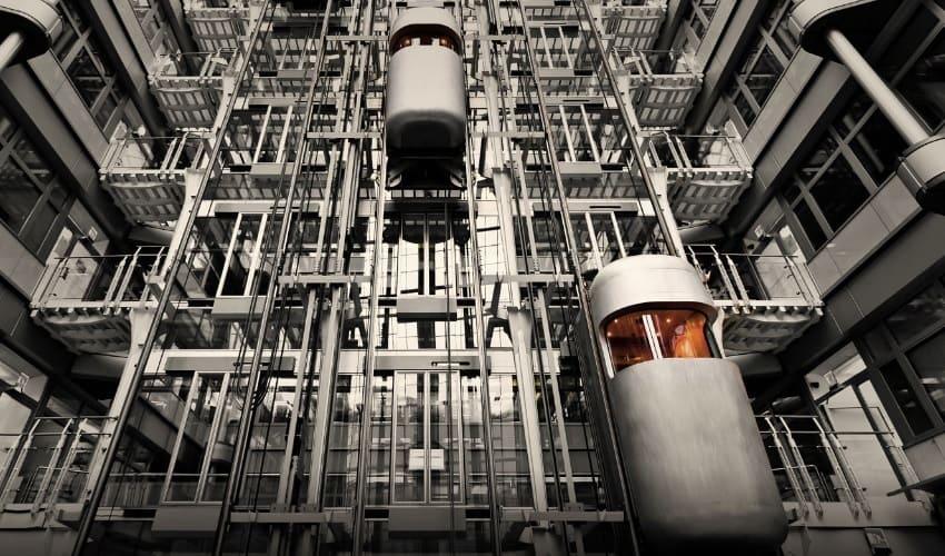 Как работает лифт? Лифт перевозит грузы или пассажиров с этажа на этаж, и в таких высоких зданиях, как небоскребы, без него трудно обойтись.