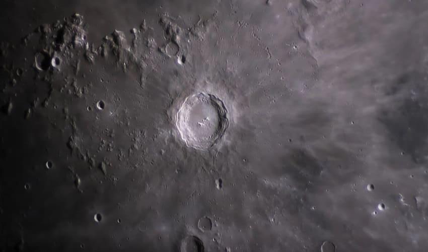 Почему на Земле так мало кратеров по сравнению с Луной?