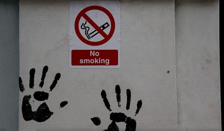 Почему в окнах ресторанов я вижу таблички «Не курить»?