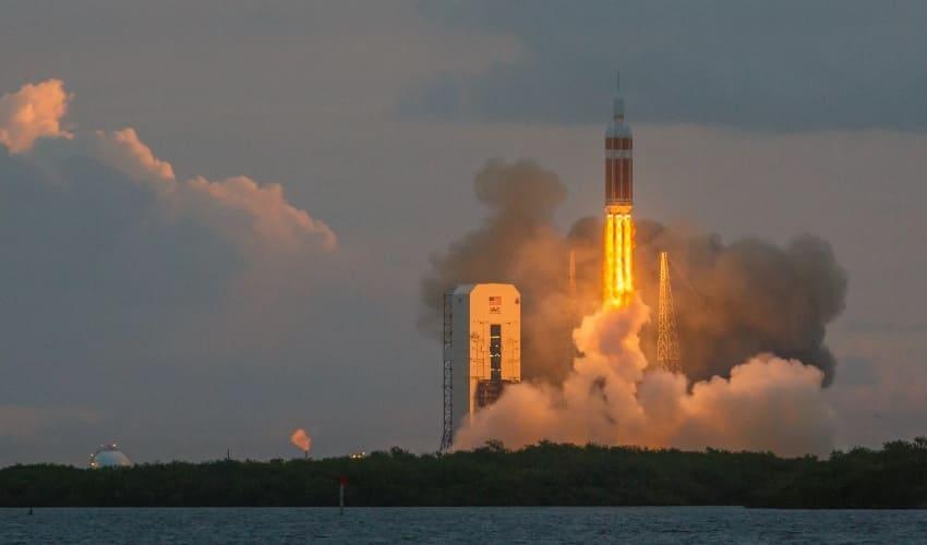 Почему движется ракета?