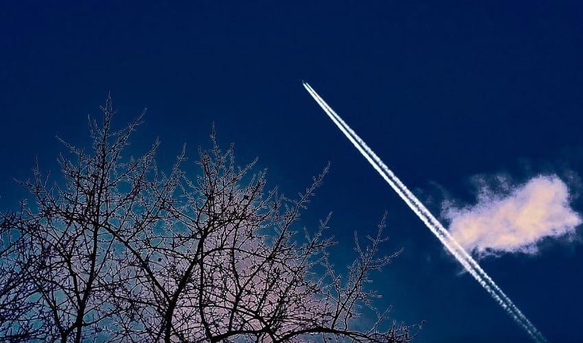 Почему реактивные самолеты оставляют в небе белые следы?