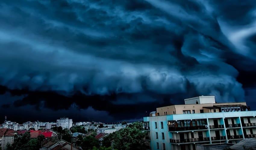 На какое расстояние торнадо может переносить предметы?