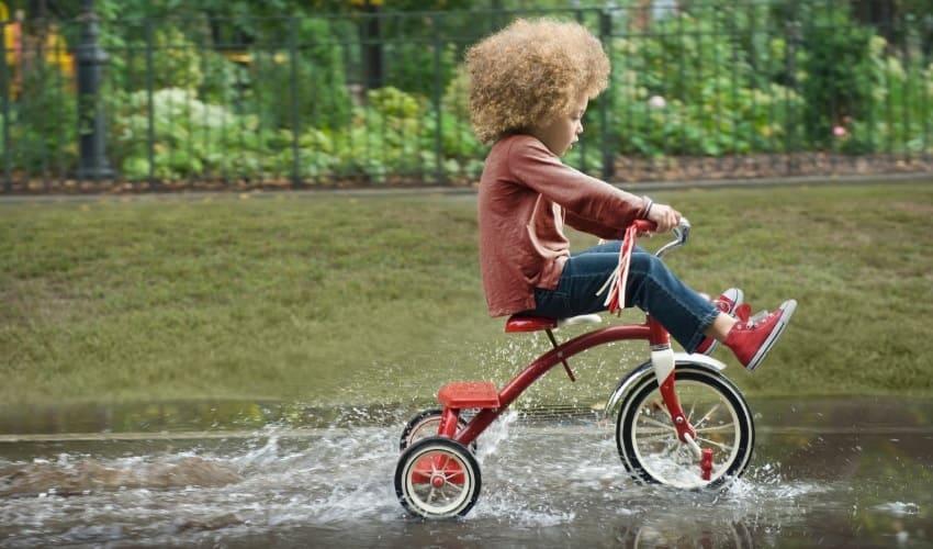 Почему маленькие дети ездят на трехколесных велосипедах?