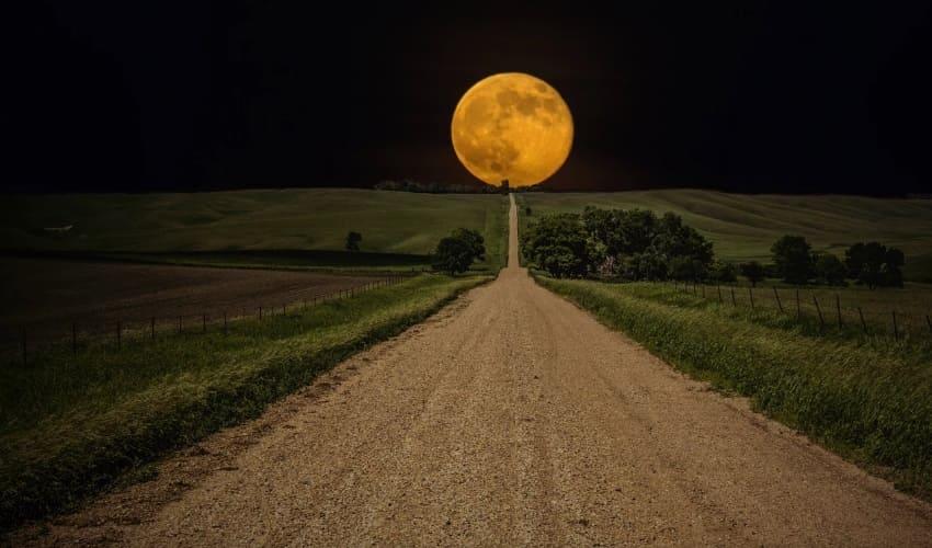 почему луна следует за нами когда мы едем в машине