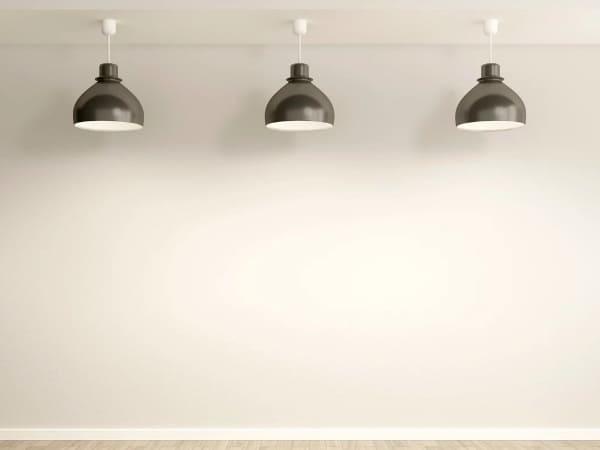 Ряд светильников с вертикальной направленностью освещения