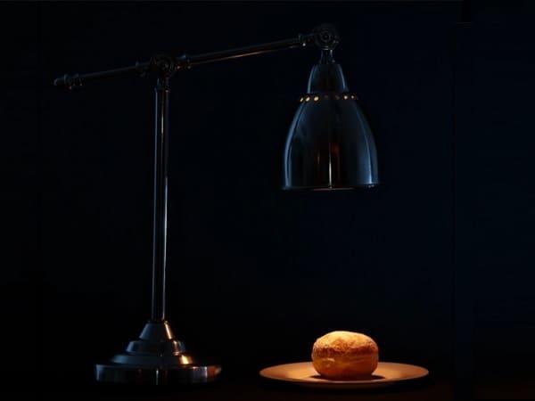Настольная лампа с узконаправленным свечением