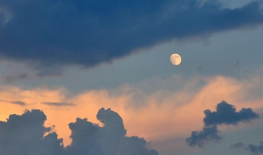 Чем отличается планета от луны?