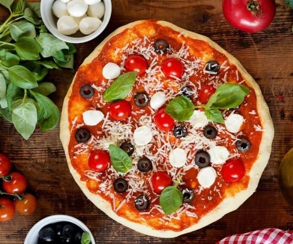 Почему многие доставки выбирают пиццу в качестве специализации?