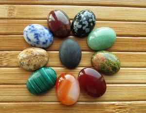 Широкий выбор драгоценных камней.